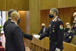 Rendvédelemért Emlékérmet vesz át Iszak Gábor tű. zászlós Dobson Tibor tű. vezérőrnagytól